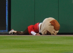 Abe Lincoln pushes Teddy Roosevelt to the Ground - Washington Nationals presidents race