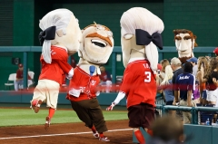 Nationals Teddy Roosevelt gets tackled in presidents race #500